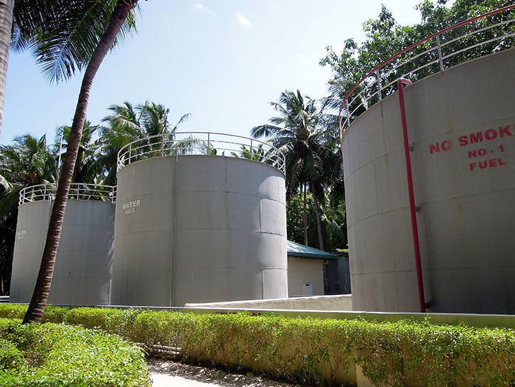 プールやシャワー用に使われる水を入れたタンク。