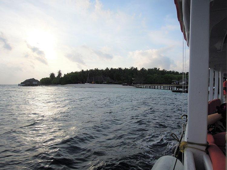 夕暮れの少し前に船は島を出発。