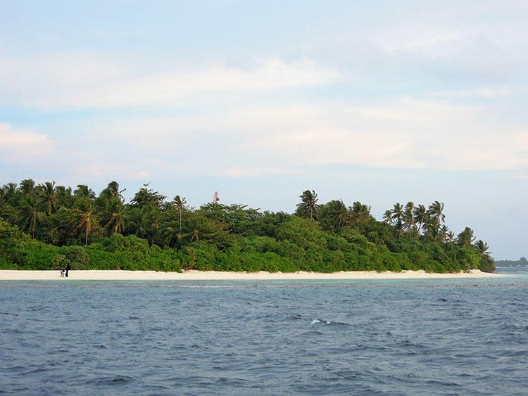 船は周辺の島の近くを抜けていく。地元の人たちの様子が垣間見える。
