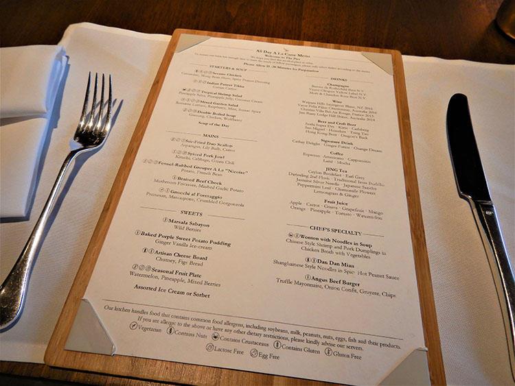 食事はレストランと同じようにメニューからお好みのものを選ぶことができる。