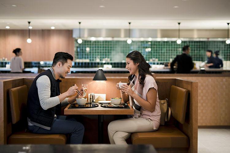 キャセイパシフィック・ラウンジを象徴する「ザ・ヌードル・バー」、ボックスシートで、家族や気の合う仲間と落ち着いて食事ができるのがありがたい。