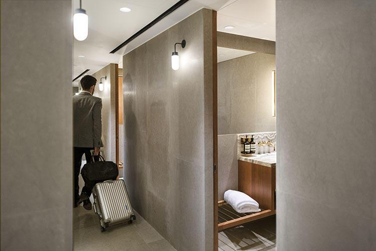 シャワールームで旅の疲れを落としてから次の便に向かうことができる。