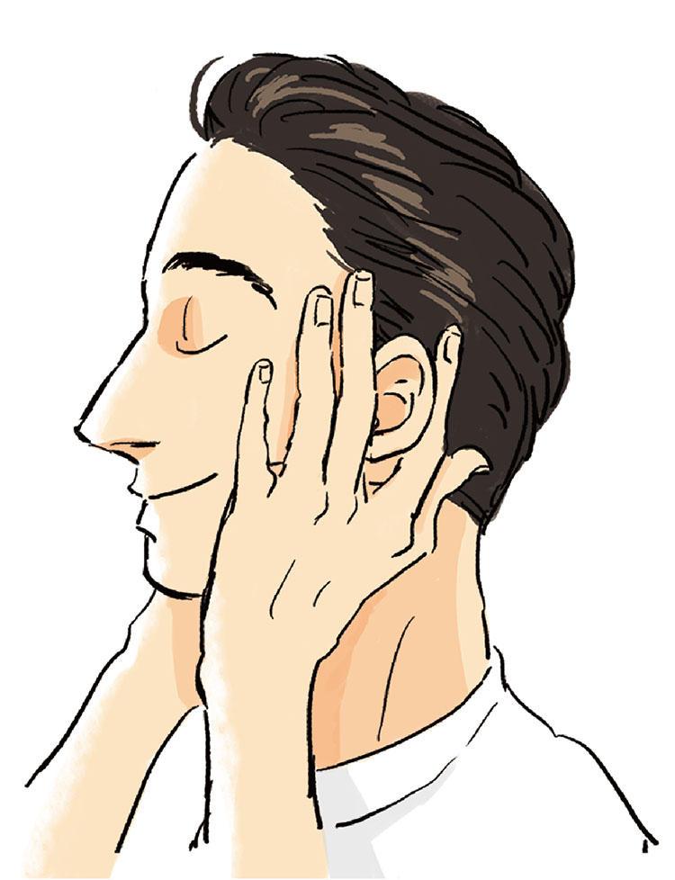 <b>2:耳まわりのツボをプッシュ</b><br>健康になりたいなら耳をほぐせ、と言われるほどツボが結集している耳まわり。耳まわりは人さし指&中指で挟んで上下に動かしながら指圧を。血流がよくなり肌のハリもアップする。