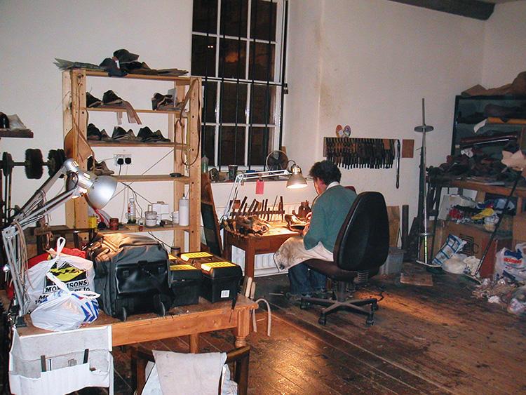 ポールさんの作業風景。「その隣の机で私たち(川口さんご夫婦)が作業をしておりました。写真は、我々がロンドンに引っ越す準備をしている最中のものです」。
