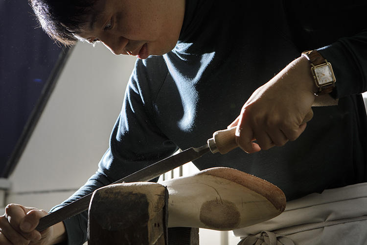 木型を削る川口さん。
