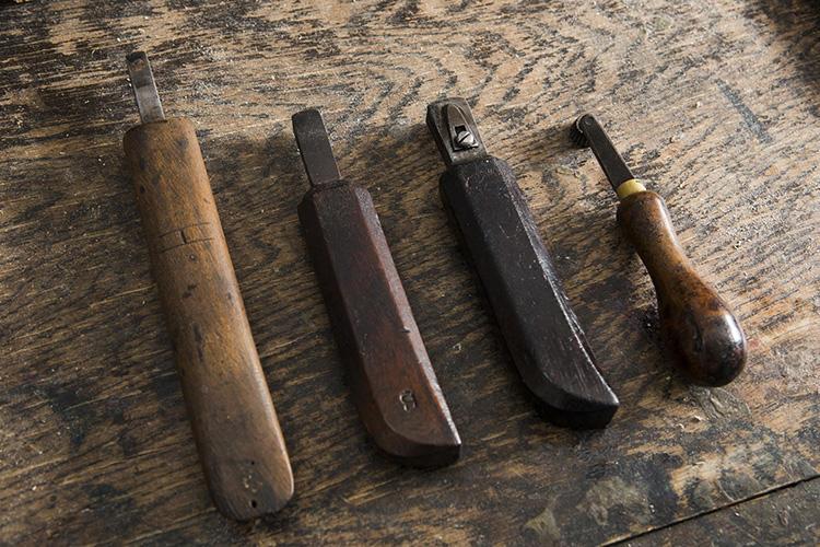 仕事道具を拝見。左からウエストアイロン、エッジ(コバ用)アイロン、シートウィール(ヒールに飾りをつける)、ファッジウィール(コバの刻みを付ける)。