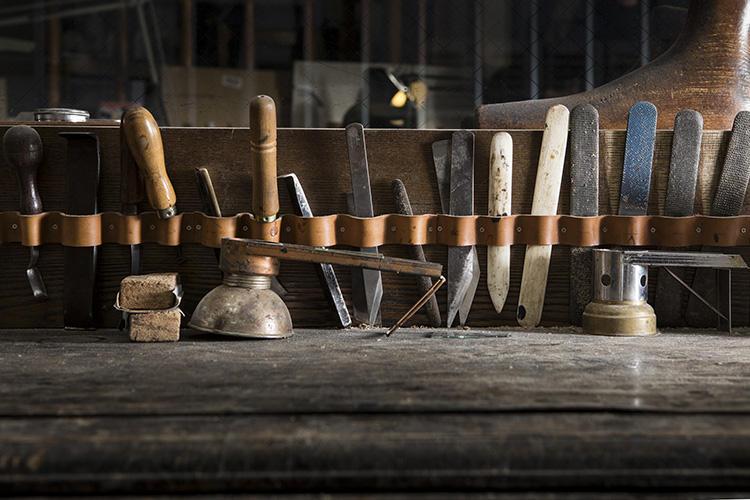作業机には様々な道具が機能的に収納されている。やすりはヒールや木型、トゥの革などを削るのに使う。骨は革の表面を滑らかにしたり、インソールの溝をキレイに見せたりと大活躍。ほかにはナイフや、ウェルトをフラットにするウェルトビーター、ヒールの付け根をキレイに削るランファイルなどが並ぶ。