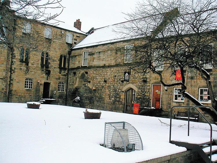 「ポール・ウィルソンさんの工房は、向って正面の建物2F部分が工房で、冬はほとんど雪です」。