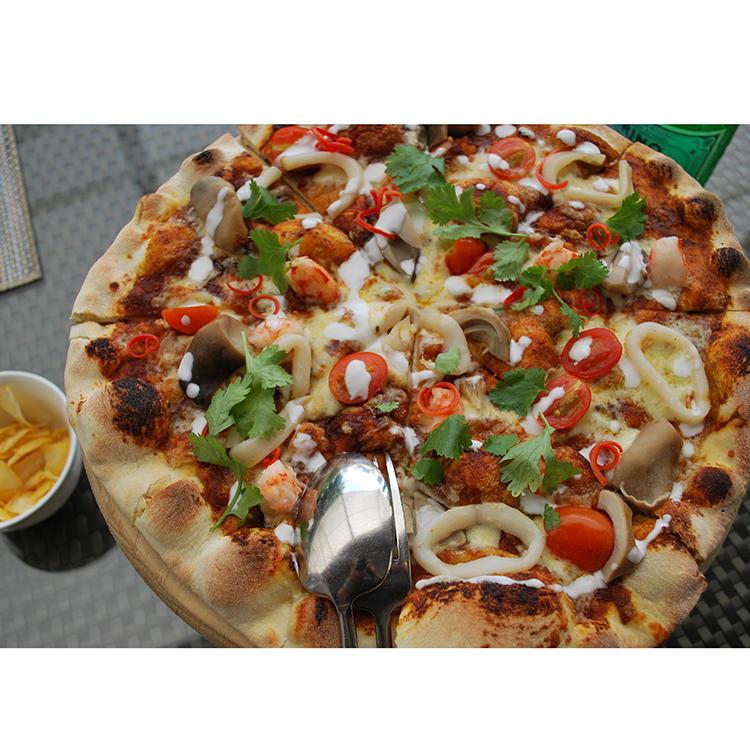 クリスピーなローマ風生地のトムヤムクンピザ