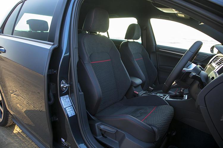 ハニカムデザインとレッドステッチを採用したシートなど内装も特別仕立て。