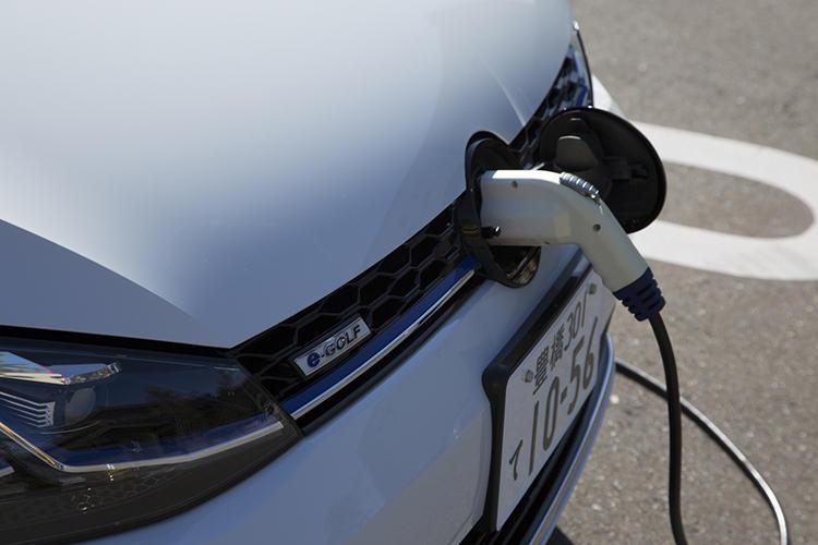 200Vの普通充電はフロントの充電ポートから行う。