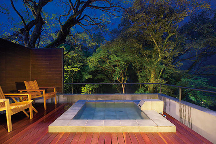 客室専用の露天風呂はすべて渓流に向かって設けられており、マイナスイオンを浴びながら入浴することが可能。森を照らす月と星を眺めながらの湯浴みもいい。