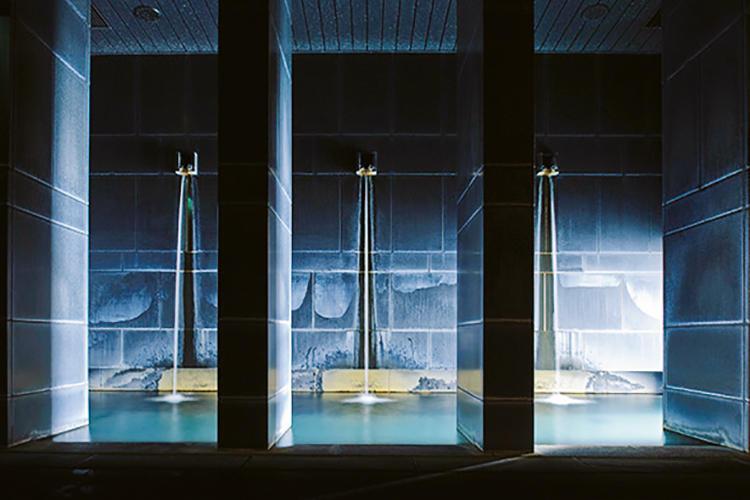 ぜひ試してほしいのが宿泊客専用の温泉施設「メディテイションバス」。その一部「闇の部屋」は真っ暗な中でぬるめの湯に浸かるという趣向で、実にリラックスできる。