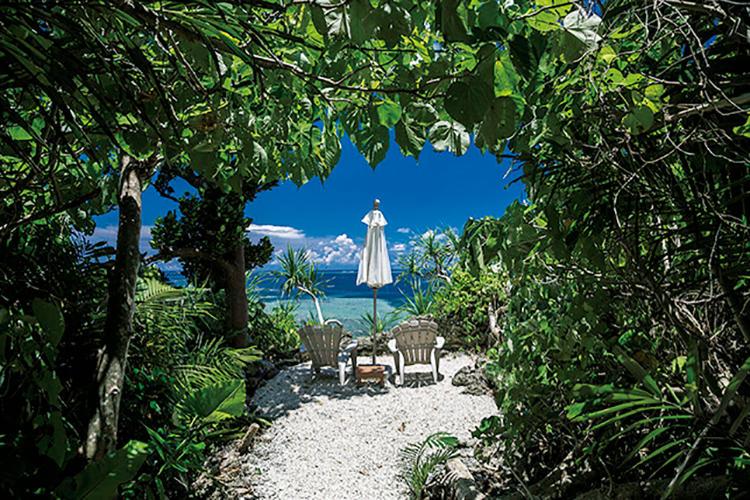 """ダイニングレストランから5分ほどジャングルを歩いた先にはプライベートビーチと、秘境として知られる?青の洞窟""""が現れる。"""