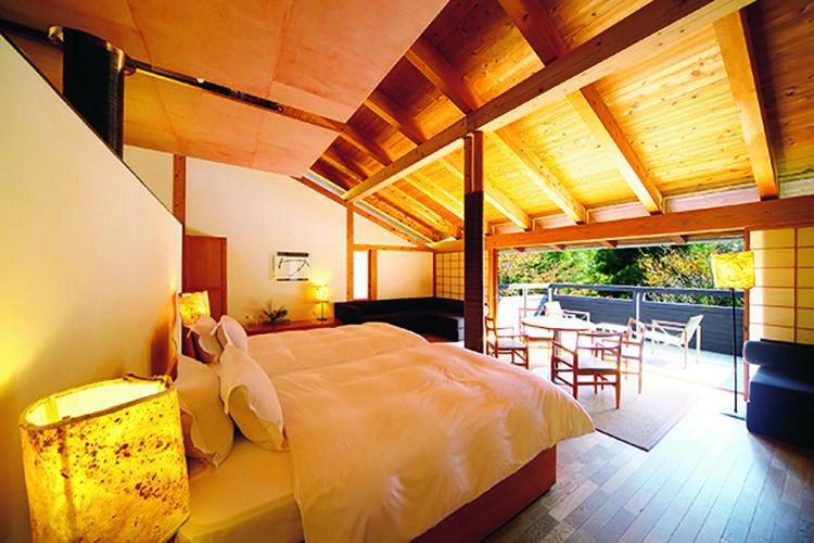 """""""土佐派の家""""という土佐の伝統的な建築技法で造られた館内は、杉や檜、土佐和紙、漆喰を用いてシンプルにまとめられている。"""