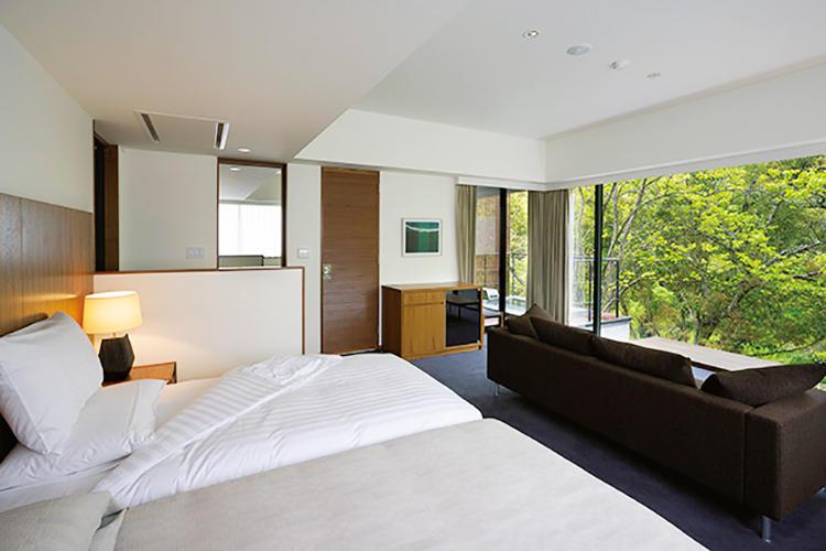 客室はすべてスイート仕様。自然との調和が意図された空間には北欧スタイルのソファやランプなどがセンス良く備え付けられている。