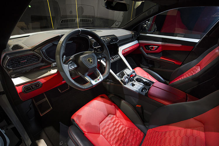 これまでのランボルギーニ製スーパーカーのテイストを踏襲するインパネデザインはイタリアのラグジュアリー的職人芸と最新の技術が融合。3台のTFTスクリーンを採用してドライバー重視にもしている。