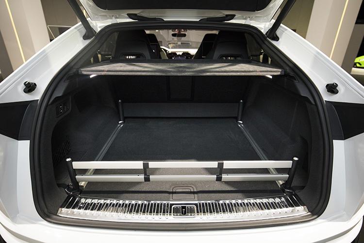 ラゲッジルーム容量は616?1596リッター。ゴルフバッグや旅行鞄なども容易に詰める、実用性に優れたランボルギーニだ。