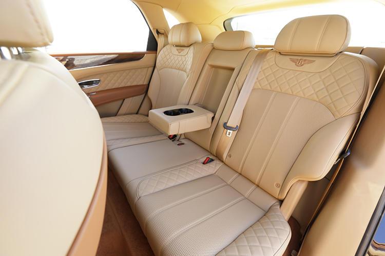 取材車のリアシートは標準の5人乗り仕様。前後席間のタンデム・ディスタンスはフライングスパーほど長くないが、着座位置が比較的低く頭上高に余裕があるためか体感的には広く感じる。オプションで左右セパレートの4人乗り仕様、または5人乗り仕様をベースに2人用のサードシートを加えた7人乗り仕様も選択できる。