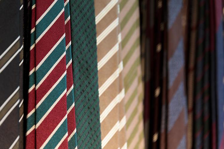 当然ながら、さまざまなブランドのネクタイがズラリと並ぶ。
