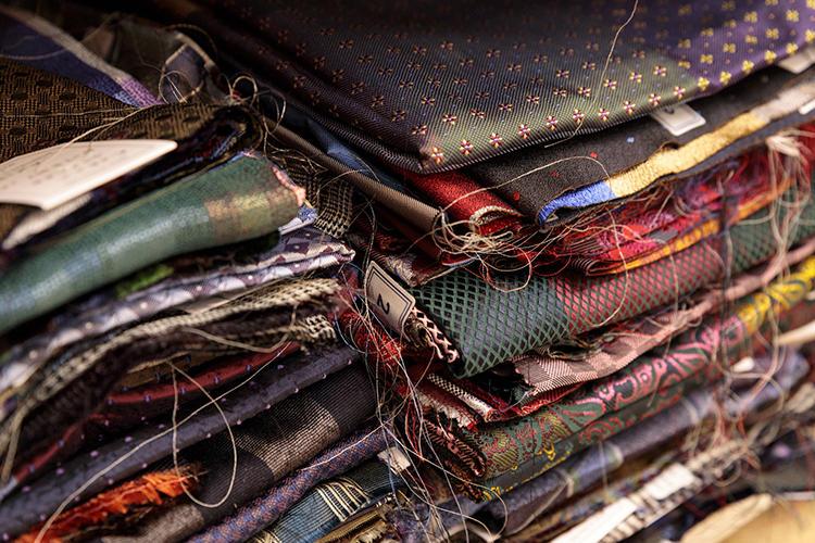 ネクタイ用のシルク生地。織りの緻密さ、光沢の美しさ、発色。いずれも気になるものばかり。
