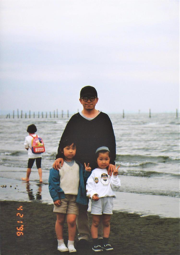 1996年、二人のお子さんとともに。場所は生まれ故郷の能登半島。