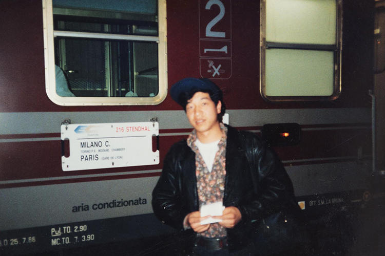 1990年ミラノの駅前で撮影した佐藤さん