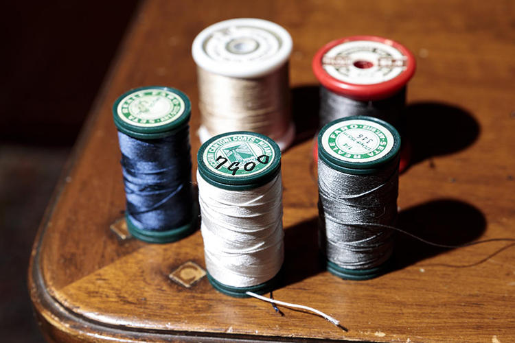 佐藤さんが愛用するシルクのステッチ糸。イタリアで仕入れたもので、すでにメーカーは廃業しているが、前もってたくさん買い置きをしていた。「太すぎず、細すぎず、非常に使い勝手がいいですね」。