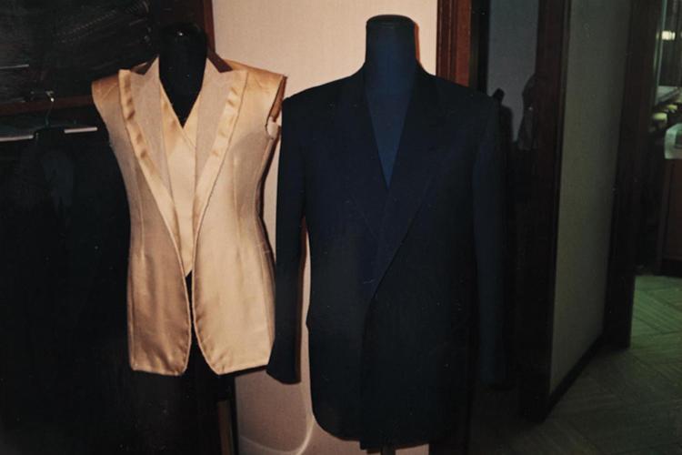 ミラノでの修業時代にペコラさんの仕立てた洋服を撮影したもの。左はレディース。