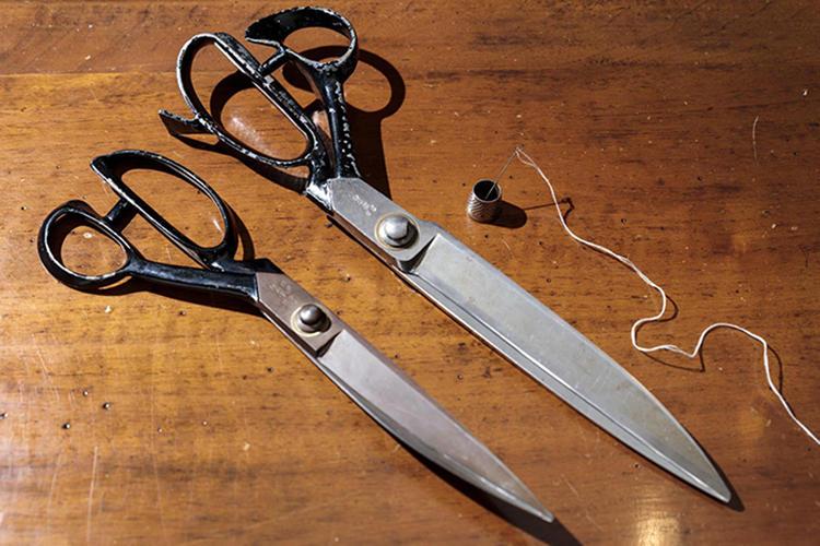 大きいハサミ(右)は兼吉のもので、館山の刃物店に家宝のように置かれていたそうだ。通常の大きさの裁縫ばさみ(左)は長太郎のもの。