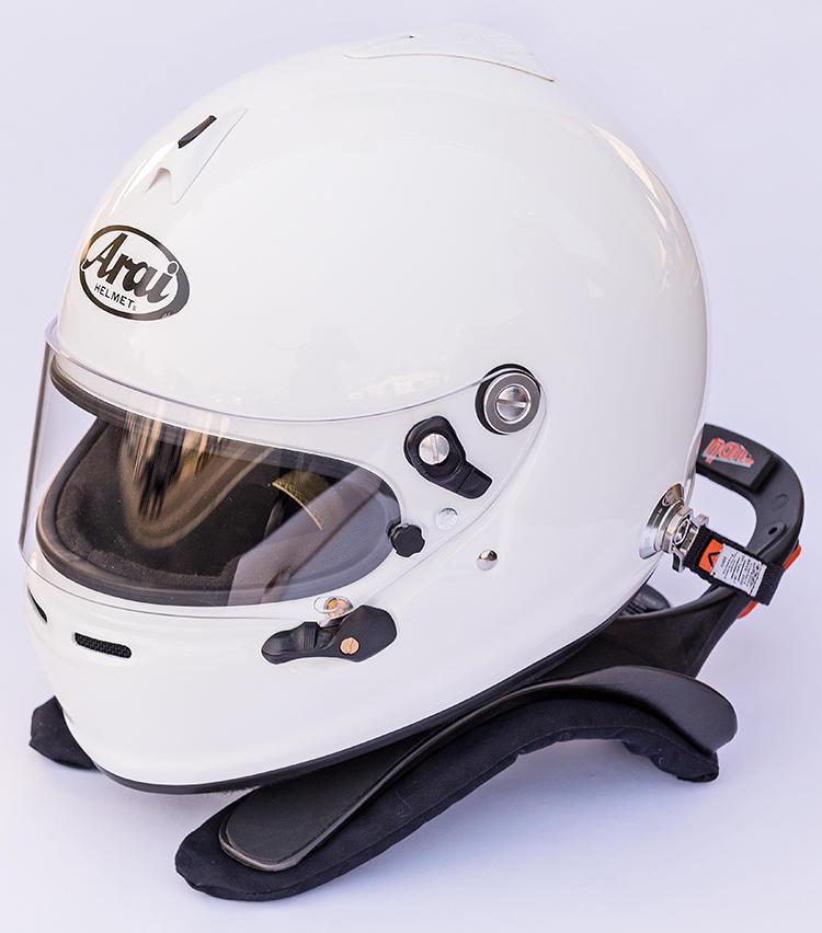 <b><font color=red>ARAI/アライ</font><br>F1レーサーたちも支持するメイド・イン・ジャパンの逸品</b><br>日本製ならではの高い安全性で厳しい基準をクリアし、世界的な評価を集める。首周りの黒いパーツは衝撃時に頸椎と頭部を守るハンズ(Head and Neck Support)。レースに必須。