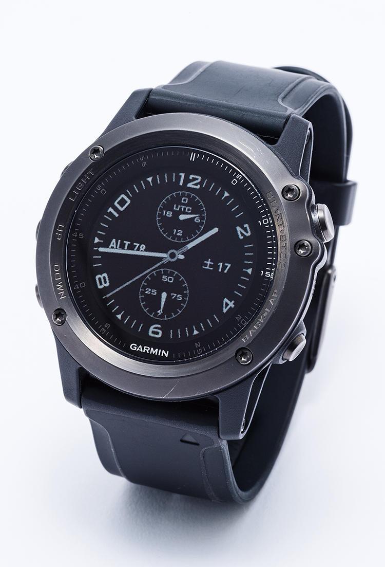 <b><font color=red>GARMIN/ガーミン</font><br>ペース配分に必要なタフさが魅力の腕時計</b><br>時間はもちろんのこと、GPS機能や速度、心拍数までも表示できる。完全防水なので、スイム中も使える。ハイスペックなスマートウォッチとして、アイアンマン必携のアイテム。