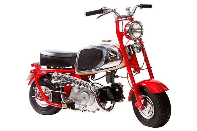 <b>1963年(CZ100)</b><br />1963年、モデルチェンジ版として公道走行に対応させたCZ100型。翌年には海外進出を果たしたことで人気を集めた。