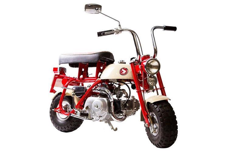 <b>1967年(Z50M)</b><br />販売開始にあたって、モンキーと名付けられた1967年に登場した国内販売最初のモデル。運転している人間の姿がサルに似ているという説のほかに、多摩テックの近隣の野猿街道でテスト走行も行ったから名付けられたという説もある。