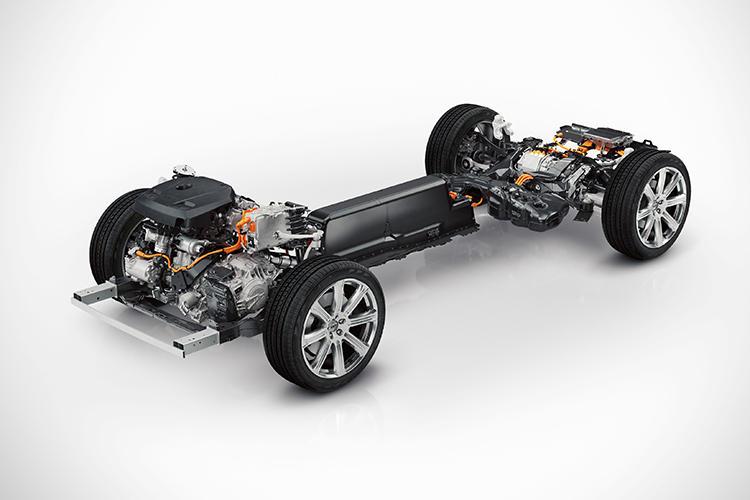 プラグインハイブリッドであるT8はリチウムイオン電池をトランスミッションのトンネルに沿って配置。これにより車体のバランスに優れ、3列シートを搭載することも可能になった。