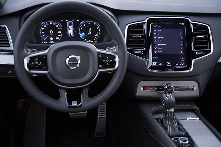 ステアリングスイッチやタッチスクリーンの採用によってボタン類を極力減らしたデザインがポイント。タブレットに触れるような感覚で操作ができる。
