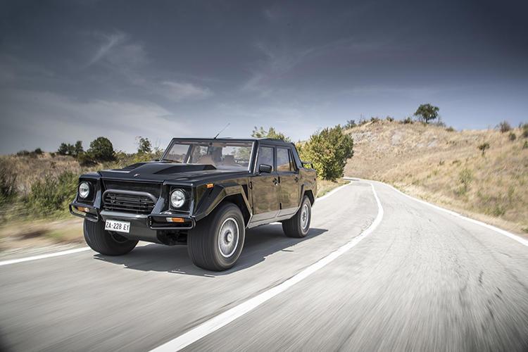 <b>ランボルギーニ LM002</b><br />1982年にデビューしたランボルギーニのオフロード4WD車のLM002。V型12気筒エンジンを搭載したモデルで、内装のシートやトリムにはレザーをふんだんに使用した、元祖プレミアムSUVと呼べる存在。