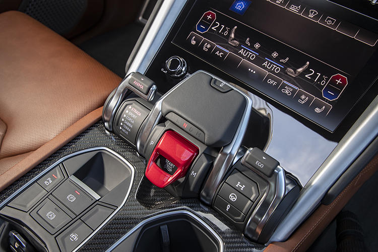 センターコンソールに配置されたスイッチによって走行モードを自在に切り替えられる。運転席側(左側)のスイッチは走行ステージに合わせて挙動を、助手席側(右側)のスイッチはエンジンやサスペンションなどのセッティングを変更できる。