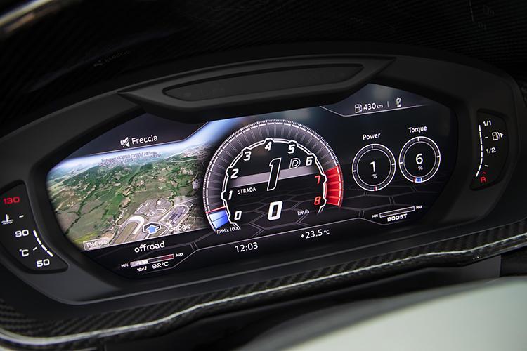 液晶パネルを使ったメーターを採用する。メーター左側はナビゲーションや車両状態など、表示内容を自由に切り替えることができる。