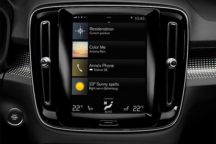 昨今のボルボ車ではおなじみとなった縦型9インチの大型タッチスクリーンディスプレイを標準装備。カーナビ、AV機能、空調なども一元管理できる。またAppleのCarPlayやGoogleのAndroidAutoにも対応している