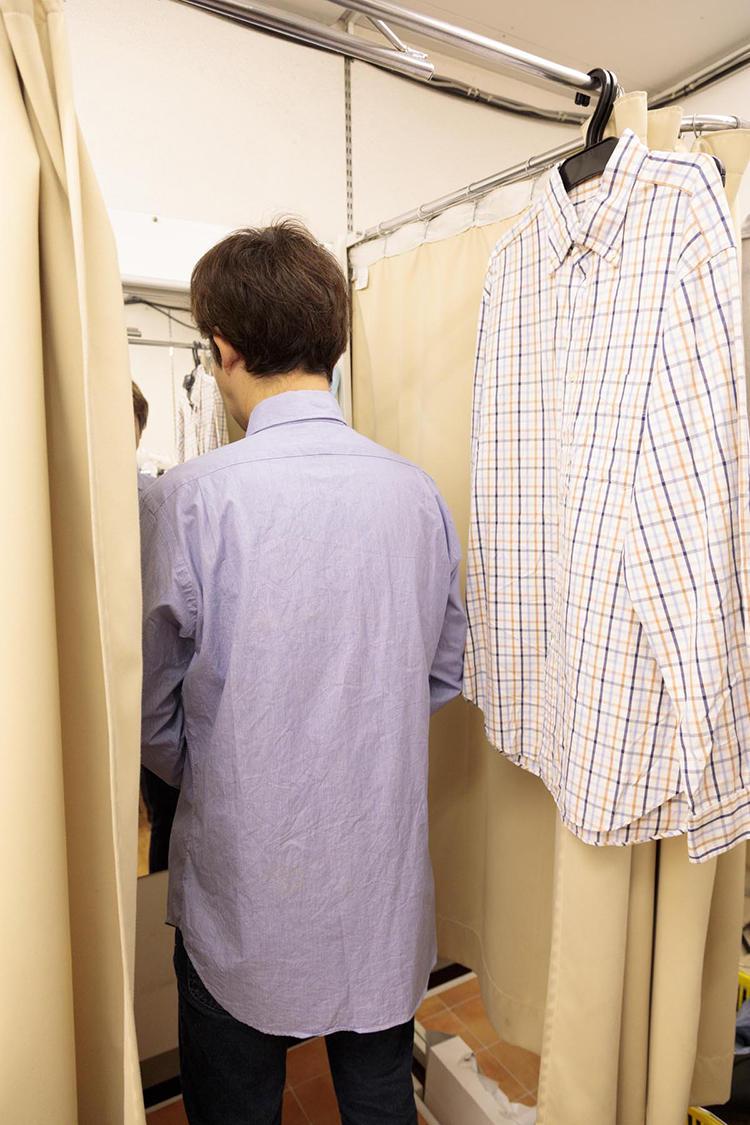 勧めに従って、筆者が某アメリカブランドのシャツを試着するも、サイズが大きすぎて断念。