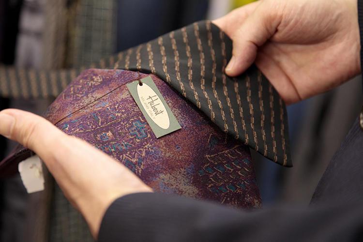 左のウーベルトのネクタイが気になった御様子。イタリア・ミラノのブランドだ。価格は315円(税込み)だった。