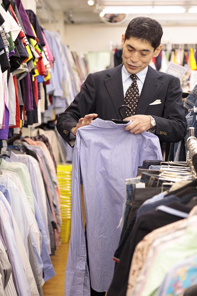 続いてシャツコーナーへ。たびたび「某」で恐縮だが、アメリカの某老舗ブランドのシャツを見つけると、タグのモデル名を見て「これはお買い得」と太鼓判を押した。価格は840円(税込み)。ダブルカフスの上質なブロード生地の一着だ。