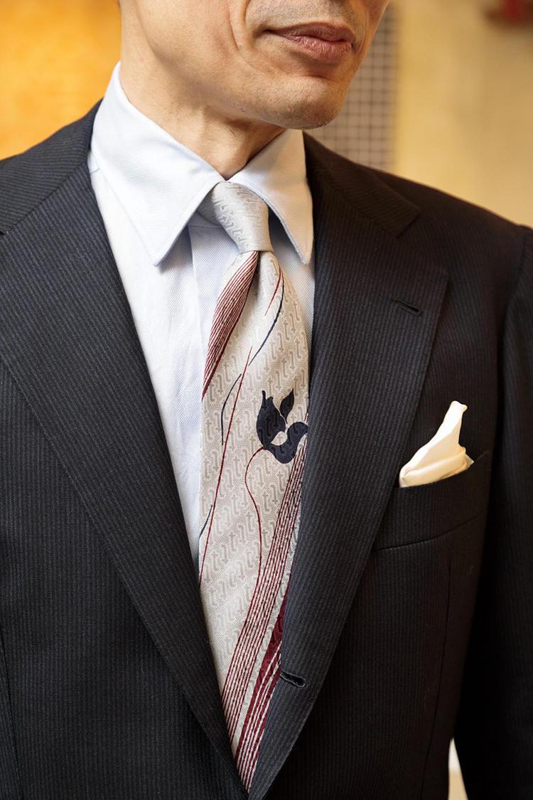イタリア老舗ブランドのヴィンテージタイを絞めた様子。「芯地と仕立てで表情が生まれるのが締めると分かります。生地と芯地の組み合わせ方、シェイプがとても推敲されていて、このタイはすごいと思う」。