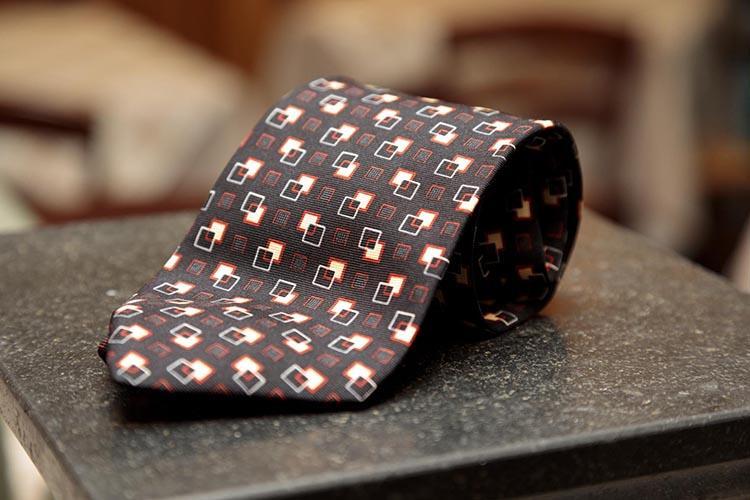 ジャンフランコ・フェレのタイ。細やかな幾何学模様が特徴だ。
