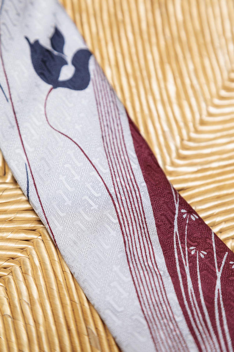 イタリアの老舗ブランドのタイは非常に凝った生地を使っている。先述のマリオ・ヴァレンティーノのタイ同様に、決まった位置に柄を載せる贅沢な生地使い。さらに、ブランドのモノグラムが織り柄でさりげなく全体に散りばめられている。織りと染めを駆使した点を、池田さんは高く評価。