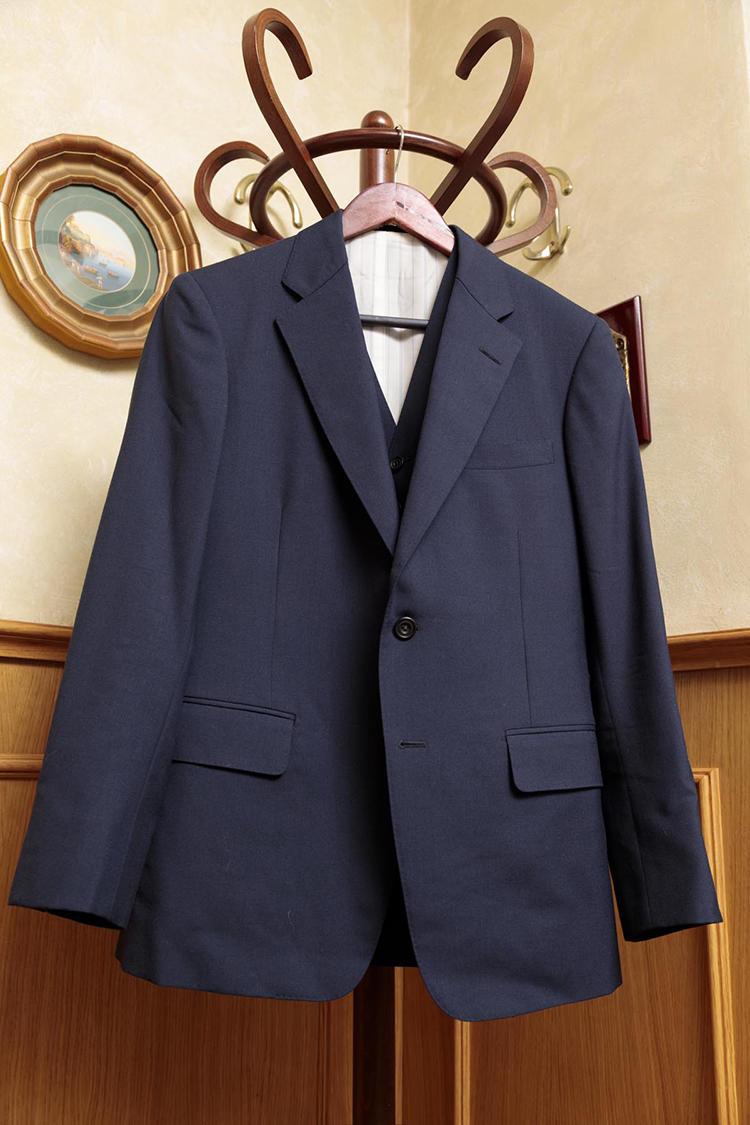 英国調を得意とする日本の某テーラーのスーツ。ハリソンズの生地を使ったスリーピースが1050円。「生地と仕立てがいい。ベストも毛芯を使用しています。きっとオーダー価格は楽々と20万円を越えていたでしょう。あまり着た形跡がなくて、パンツもキレイな状態です」。