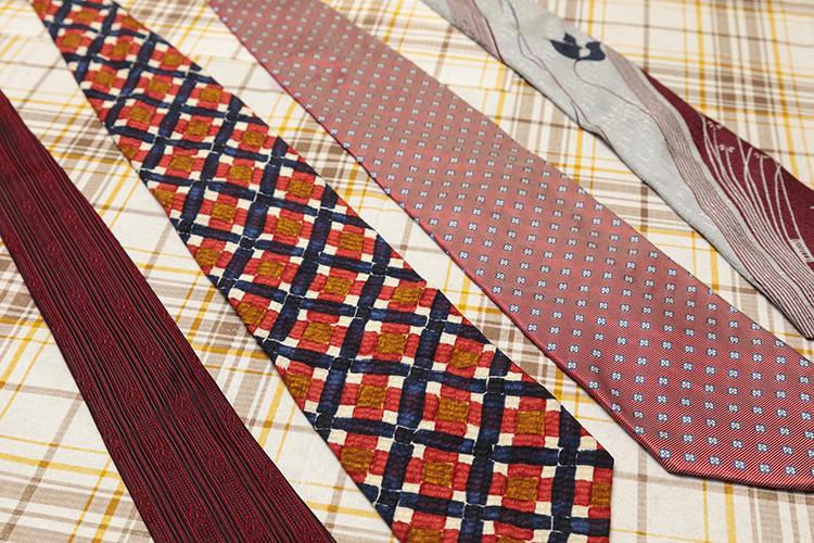 ごく一部ではあるがヴィンテージタイを拝見した。(左から)日本製の生地を使っていると池田さんが鑑定した英国のセイヤー&セイヤー。ウンガロのタイは緩みにくいクレープ生地を採用している。小紋柄でやや太めなのがハロルド パウエルのタイ。個性たっぷりの右端のタイはイタリアの老舗ブランドのもの。