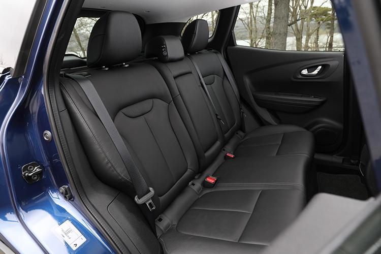 後席も前席と同様にフルレザー仕立てのシート。着座位置がやや高めのため乗り降りが容易だ。