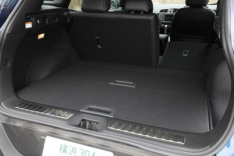 ラゲッジスペースの容量は527リットルを確保。後席は分割可倒式となっており、ラゲッジ側からワンタッチでリアシートの折り畳みが可能。